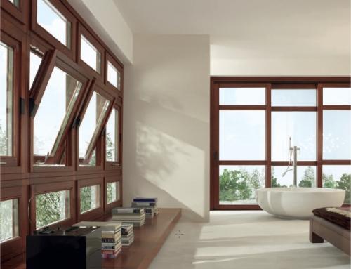 Carpintería de madera en las ventanas